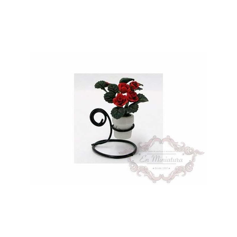 Macetero metal con rosal de rosas rojas