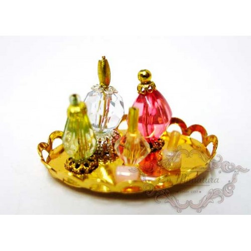 Bandeja dorada con perfumes