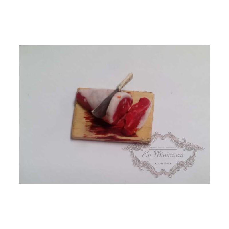 Carne sobre tabla de cortar
