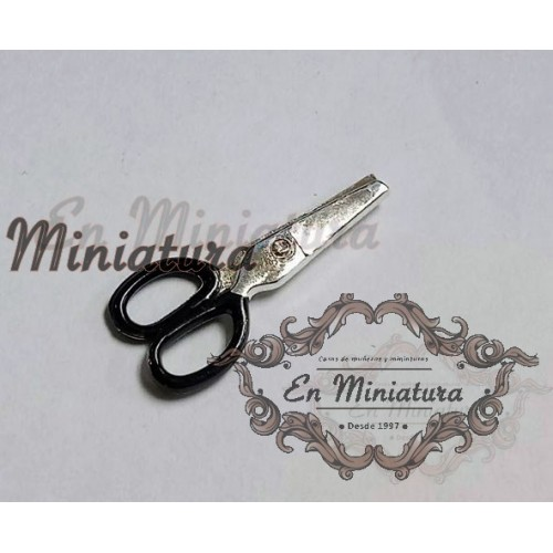 Miniature scissors