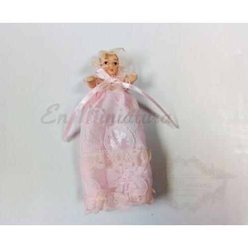 Bebé con faldón rosa