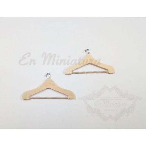 Dos perchas de madera en miniatura