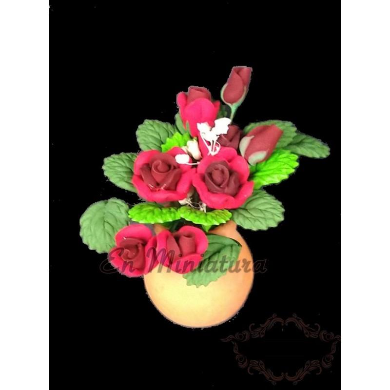 Macetero metal con maceta rosas