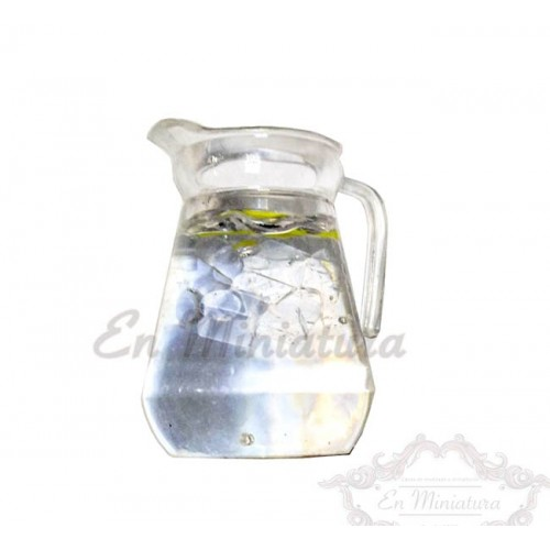 Jarra de agua con limón con vasos