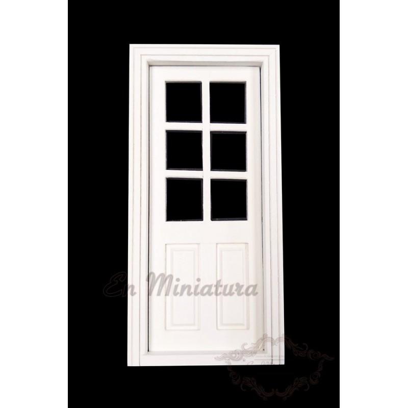Puerta blanca con cuadros cristal
