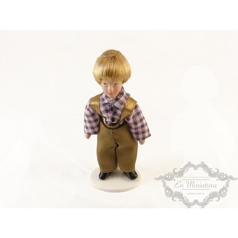 Niño con peto muñeco para casas de muñecas