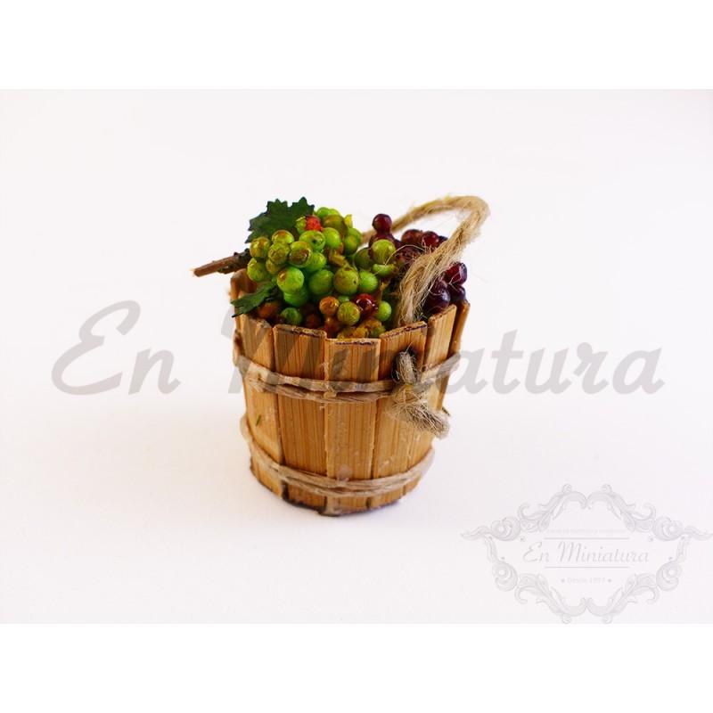 Cubo de madera con uvas