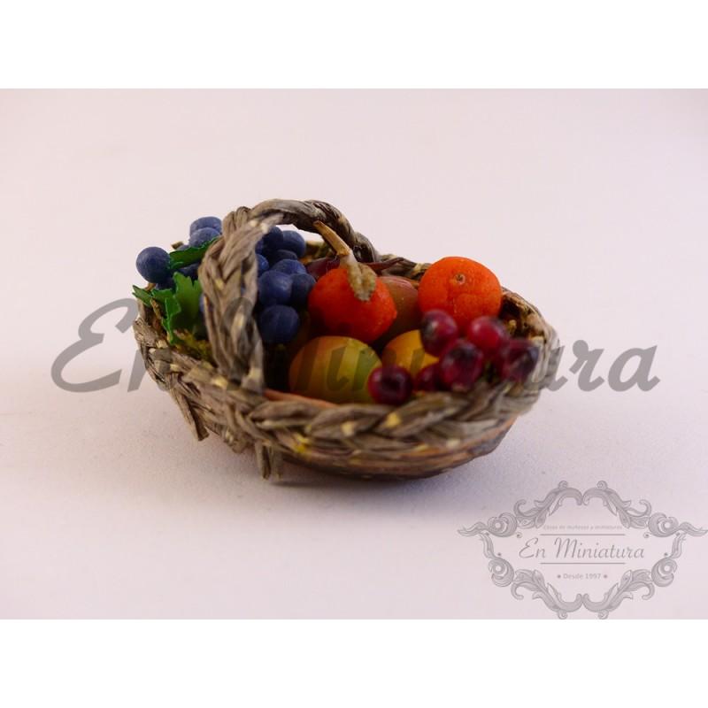 Platos con uvas y frutas surtidas